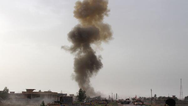 Hükümet yanlısı güçler, Irak'ın Anbar eyaletinde düzenlenen bir operasyonun ardından havaya yükselen dumanları izliyor. - Sputnik Türkiye