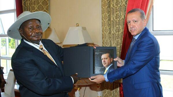 Cumhurbaşkanı Recep Tayyip Erdoğan, Uganda'da, Cumhurbaşkanı Yoweri Museveni tarafından karşılandı - Sputnik Türkiye