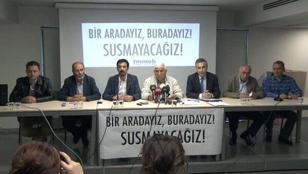 Türk Mühendis ve Mimar Odaları Birliği (TMMOB), Mimarlar Odası'nın kullanımında olan Yıldız Sarayı Dış Karakol binasının dün boşaltılması ve 15 kişinin gözaltına alınmasıyla ilgili bir basın toplantısı düzenledi. - Sputnik Türkiye