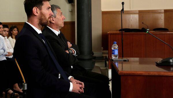 Lionel Messi hâkim karşısında. - Sputnik Türkiye