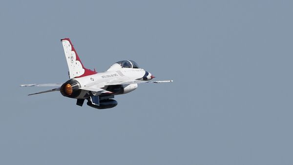 AB Hava Kuvvetleri'ne ait bir F-16, Thunderbird. - Sputnik Türkiye
