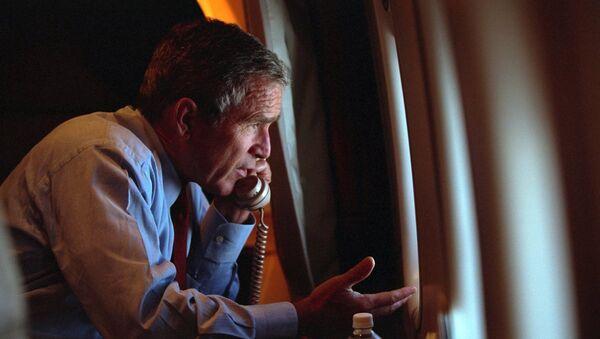 ABD Ulusal Arşivi, Başkan George W. Bush'un 11 Eylül 2001'de New York ve Washington'da 3000'e yakın kişinin ölmesine neden olan terör saldırılarını öğrendiği anın yeni fotoğraflarını yayımladı. - Sputnik Türkiye