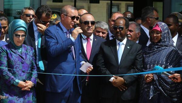 Cumhurbaşkanı Recep Tayyip Erdoğan, resmi ziyaret için bulunduğu Somali'nin başkenti Mogadişu'da Cumhurbaşkanı Hasan Şeyh Mahmud ile birlikte Türkiye'nin Mogadişu Büyükelçiliği'nin açılışını yaptı. - Sputnik Türkiye