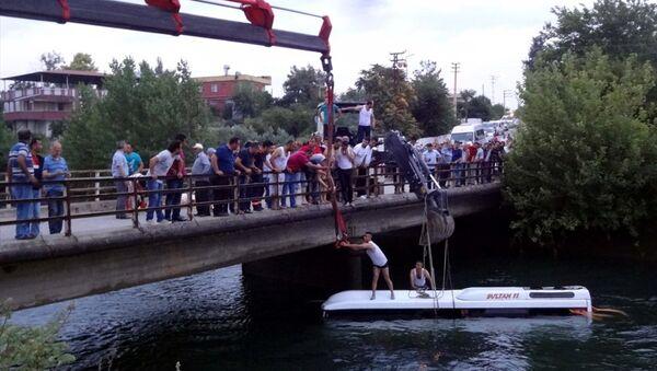 Osmaniye'de midibüs sulama kanalına devrildi - Sputnik Türkiye