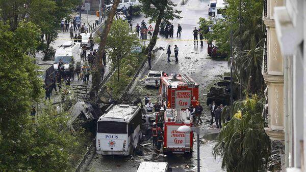 Saldırıya uğrayan çevik kuvvet otobüsünün İstanbul Üniversitesi Fen Edebiyat Fakültesi'ne gittiği öğrenildi. - Sputnik Türkiye