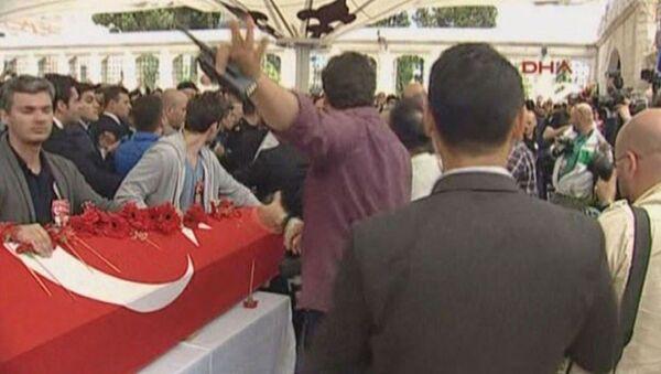 Vezneciler'deki saldırıda hayatını kaybeden polislerin cenaze töreninde bir grup, CHP lideri Kemal Kılıçdaroğlu'nun çelengine tepki göstererek üzerindeki ismi sökmeye çalıştı. - Sputnik Türkiye