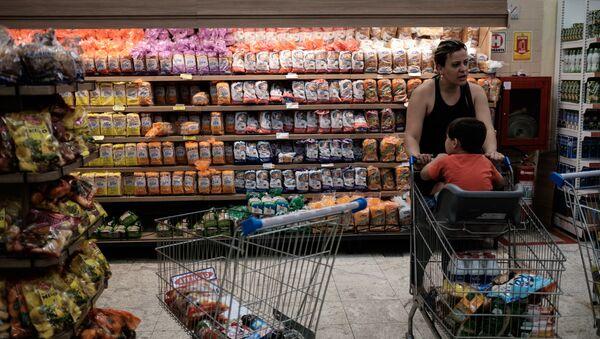 Çocuğuyla birlikte süpermarkette alışveriş yapan bir kadın. - Sputnik Türkiye