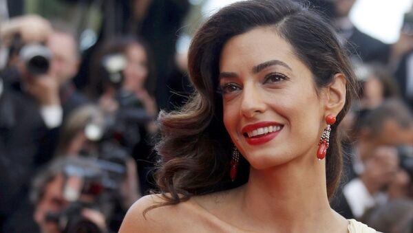 Amal Clooney, eşi George Clooney'nin rol aldığı 'Money Monster' filminin Cannes'daki galasında. - Sputnik Türkiye