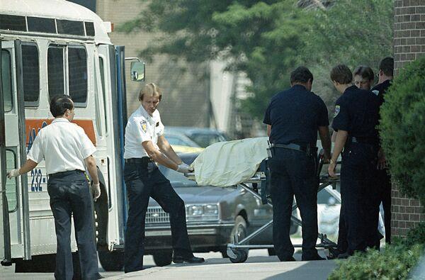 Oklahoma eyaletinin Edmond kentinde Patrick Henry Sherril isimli bir kişi çalıştığı postanede 20 Ağustos 1986 tarihinde saldırı gerçekleştirdi. Saldırgan 10 dakika içerisinde 14 kişiyi öldürüp 6 kişiyi yaraladıktan sonra başına ateş ederek intihar etti. - Sputnik Türkiye