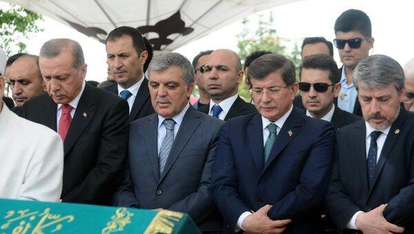 Başbakan Yardımcısı Numan Kurtulmuş'ın eniştesi, İlim Yayma Vakfı'nın eski başkanlarından Asım Taşer, Fatih Camii'nde kılınan cenaze namazıyla son yolculuğuna uğurlandı. Cenazeye Cumhurbaşkanı Recep Tayyip Erdoğan, 11. Cumhurbaşkanı Abdullah Gül ve eski başbakan Ahmet Davutoğlu da katıldı. - Sputnik Türkiye