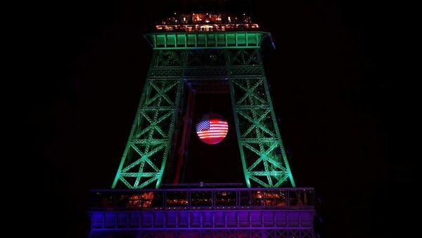 Paris'in simgesi Eyfel Kulesi, Orlando kurbanlarını anmak için, eşcinsel topluluğunun sembolü sayılan gökkuşağı bayrağının renkleri ile ışıklandırıldı. - Sputnik Türkiye