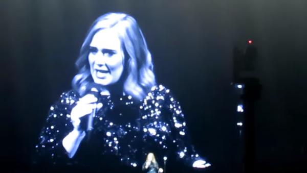 Ünlü İngiliz şarkıcı Adele, Belçika'da verdiği konserde şarkılarını Orlando saldırısında ölenlere ithaf etti. - Sputnik Türkiye