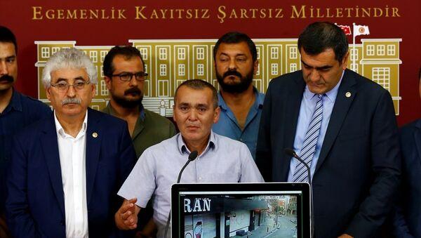CHP İstanbul Milletvekili Ali Şeker (sağda), beraberinde CHP milletvekilleri ve Berkin Elvan'ın babası Sami Elvan (ortada) ile parlamentoda basın toplantısı düzenledi. - Sputnik Türkiye
