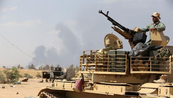 Tikrit'in kuzeyindeki Baiji rafinerisi yakınlarındaki bir Irak ordusu askeri. - Sputnik Türkiye