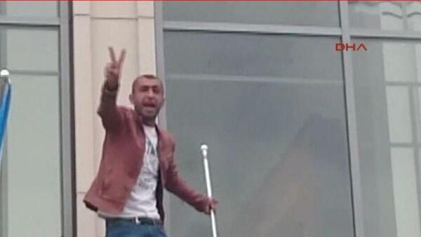 Almanya'nın Dortmund kentinde Ana Tren Garı'na asılan Türk bayrağını indiren bir kişi gar önünde gerginliğin yaşanmasına sebep oldu. - Sputnik Türkiye