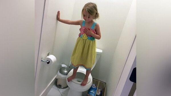 ABD'de Stacey Feeley adlı bir kadının 3 yaşındaki kızına ait 'tuvaletteki tatbikat' fotoğrafı, sosyal medyada infial yarattı. - Sputnik Türkiye