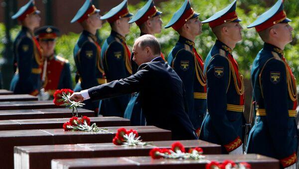 Putin, 'Anma ve Keder Günü'nde Meçhul Asker Anıtı'na çelenk bıraktı. - Sputnik Türkiye