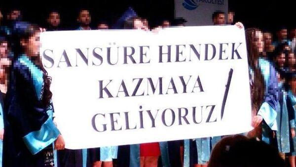 İzmir Ege Üniversitesi (EÜ) İletişim Fakültesi'nin mezuniyet töreninde bir grup öğrenci, üzerinde 'Sansüre hendek kazmaya geliyoruz' yazılı pankart açtı. Bunun üzerine İzmir Cumhuriyet Başsavcılığı'nın konuya ilişkin inceleme başlattı. - Sputnik Türkiye
