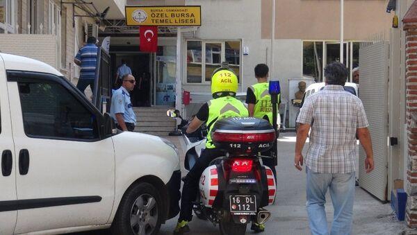 Bursa'da 42 yaşındaki Cüneyt Ç. dershaneden temel liseye dönüşen okulda işletmecisi olduğu kantini yakmaya kalkıştı. Güçlükle engellenen Cüneyt Ç., polis merkezinde Alparslan Çelik hayranıyım dedi. - Sputnik Türkiye