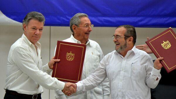 Kolombiya Devlet Başkanı Juan Manuel Santos, FARC lideri Timoleon Timoşenko ve Küba Devlet Başkanı Raul Castro - Sputnik Türkiye