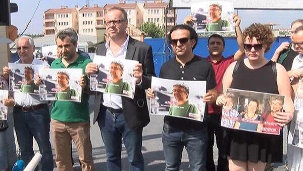 Sınır Tanımayan Gazeteciler Örgütü ve Gazetecilere Özgürlük Platformu (GÖP) üyeleri, Ahmet Nesin, Erol Önderoğlu ve Şebnem Korur Fincancı'nın tutuklanmasını Metris cezaevi önünde protesto etti. - Sputnik Türkiye