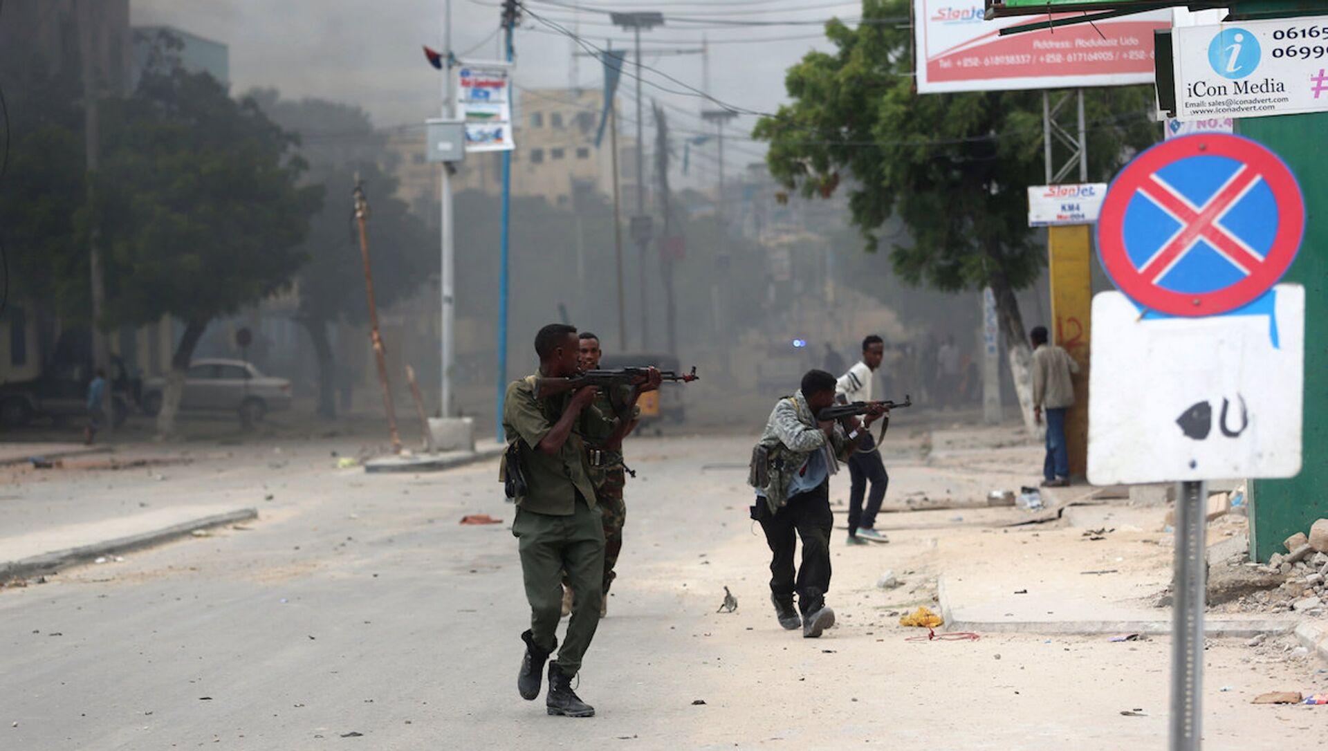 Somali'nin başkenti Mogadişu'daki bir otele saldırı düzenleyen militanlarla güvenlik görevlileri arasında çatışma çıktı. - Sputnik Türkiye, 1920, 19.02.2021