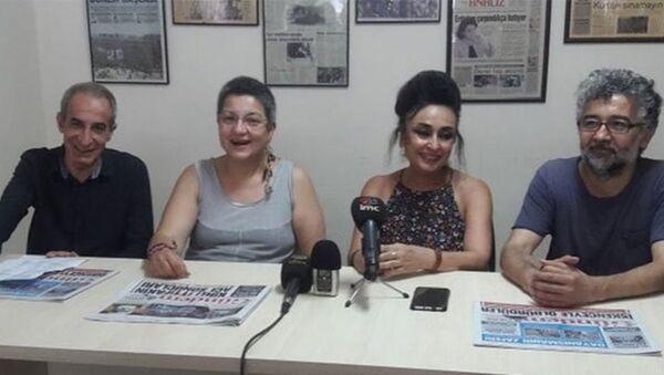 Türkiye İnsan Hakları Vakfı (TİHV) Başkanı Şebnem Korur Fincancı ve Sınır Tanımayan Gazeteciler (RSF) Türkiye Temsilcisi Erol Önderoğlu, tahliyelerinin ardından Özgür Gündem gazetesinde bir araya gelerek bir basın açıklaması yaptı. - Sputnik Türkiye