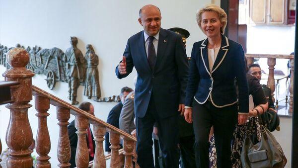 Milli Savunma Bakanı Fikri Işık, Almanya Savunma Bakanı Ursula von der Leyen ile bir araya geldi. - Sputnik Türkiye