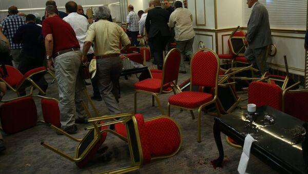 MHP'li muhaliflerden Meral Akşener'in bir otelde düzenlenen bayramlaşma programı bir grup tarafından protesto edildi. Salonda, Akşener'in konuşma yaptığı sırada bir grup, Hareketin lideri Devlet Bahçeli sloganı atarak protestoda bulundu. - Sputnik Türkiye