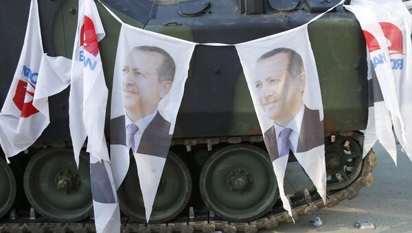 Darbe girişiminin önlenmesinin ardından tanklara Cumhurbaşkanı Erdoğan'ın fotoğrafları asıldı. - Sputnik Türkiye