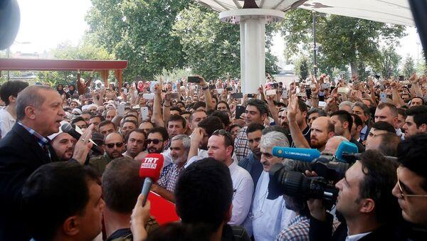 Cumhurbaşkanı Recep Tayyip Erdoğan, darbe girişimi sırasında hayatını kaybedenlerin cenaze törenine katıldı. - Sputnik Türkiye