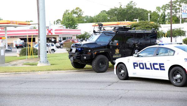 Police officers block off a road after a shooting of police in Baton Rouge, Louisiana, U.S. July 17, 2016. - Sputnik Türkiye