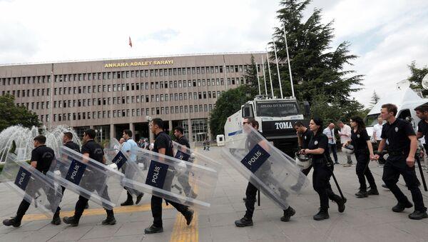 Ankara Adalet Sarayı'nın önündeki polisler - Sputnik Türkiye
