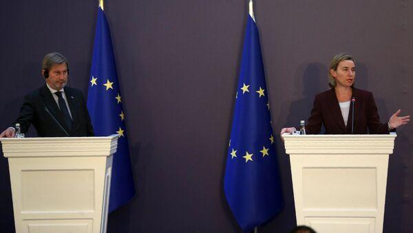 AB'nin Komşuluk Politikası ve Genişleme Müzakerelerinden Sorumlu Komiseri Johannes Hahn ve AB Dış İlişkiler ve Güvenlik Politikası Yüksek Temsilcisi Federica Mogherini - Sputnik Türkiye