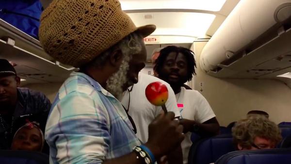 Haitili gruptan uçakta 6 saat mahsur kalan yolculara müzik şöleni - Sputnik Türkiye