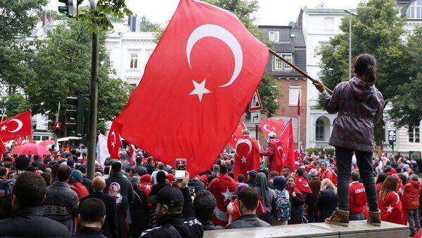 Hamburg'daki Türk Konsolosluğu önünde darbe karşıtı eylem. - Sputnik Türkiye