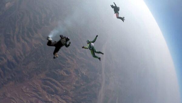 ABD'li hava dalışçısı Luke Aikins, 7620 metreden paraşütsüz atlayarak rekor kırdı. - Sputnik Türkiye