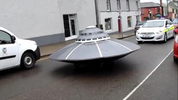 İrlanda sokaklarında beliren UFO'ya polis eskortu - Sputnik Türkiye