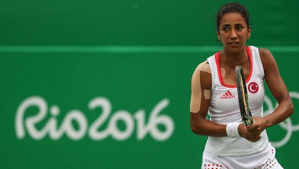 2016 Rio Olimpiyatları'nda korta çıkan ilk milli tenisçi Çağla Büyükakçay, Rus Ekaterina Makarova'ya 2-1 yenilerek turnuvaya veda etti - Sputnik Türkiye