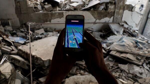 Pokemn GO oynayan bir Suriyeli - Sputnik Türkiye