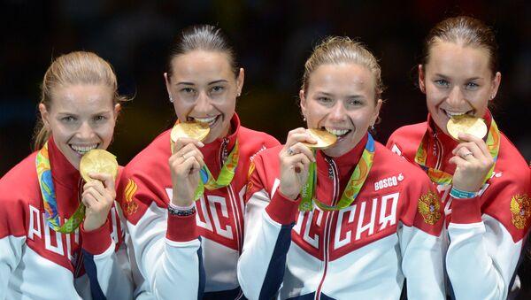 Rio Olimpiyat Oyunları'nda kadınlar eskrim takımı olarak altın madalya alan Rus sporcular - Sputnik Türkiye