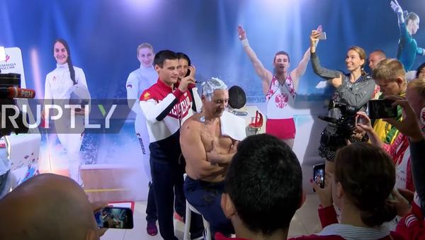 Rio'da takımı 7 madalya kazanan Rus antrenör İlgar Mamedov saçlarını kazıttı. - Sputnik Türkiye