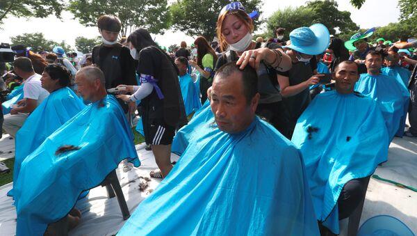Güney Kore'de Bölge Yüksek İrtifa Hava Savunması (THAAD) füze sistemlerini protesto eden 900 kişi toplu olarak saçlarını kazıttı. - Sputnik Türkiye