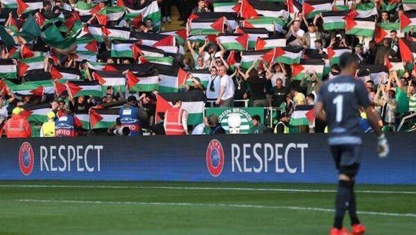 İskoç takımı Celtic'in İsrail takımı Hapoel Beersheba'yla oynadığı maçta taraftarlar Filistin bayrağı açtı. - Sputnik Türkiye