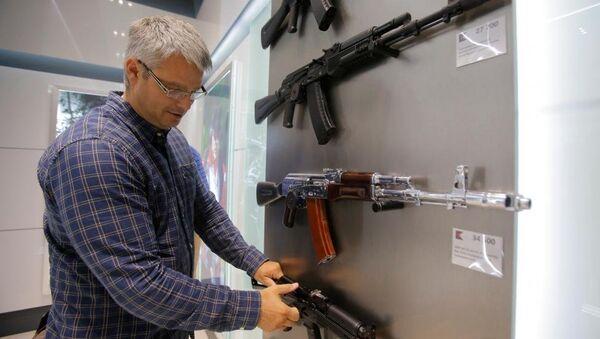 Dünyanın en çok kullanılan silahı olarak bilinen AK-47 tüfeğinin üreticisi Kalaşnikof, Rusya'nın başkenti Moskova'daki Şeremetyevo Havalimanı'nda mağaza açtı. - Sputnik Türkiye
