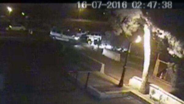 İzmir Valiliğini kuşatmak isteyen darbecilerin görüntüleri çıktı - Sputnik Türkiye
