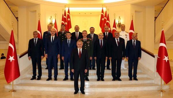 Yüksek Askeri Şura (YAŞ) Başbakan Binali Yıldırım başkanlığında ikinci kez Çankaya Köşkü'nde toplandı. Başbakan Yıldırım başkanlığındaki toplantıya, Genelkurmay Başkanı Orgeneral Hulusi Akar, Başbakan Yardımcıları Nurettin Canikli, Numan Kurtulmuş, Mehmet Şimşek, Tuğrul Türkeş, Veysi Kaynak, Adalet Bakanı Bekir Bozdağ, Dışişleri Bakanı Mevlüt Çavuşoğlu, İçişleri Bakanı Efkan Ala, Milli Savunma Bakanı Fikri Işık, Kara Kuvvetleri Komutanı Orgeneral Salih Zeki Çolak, Deniz Kuvvetleri Komutanı Oramiral Bülent Bostanoğlu ve Hava Kuvvetleri Komutanı Orgeneral Abidin Ünal katıldı. Toplantı sonrası aile fotoğrafı çektirildi. - Sputnik Türkiye