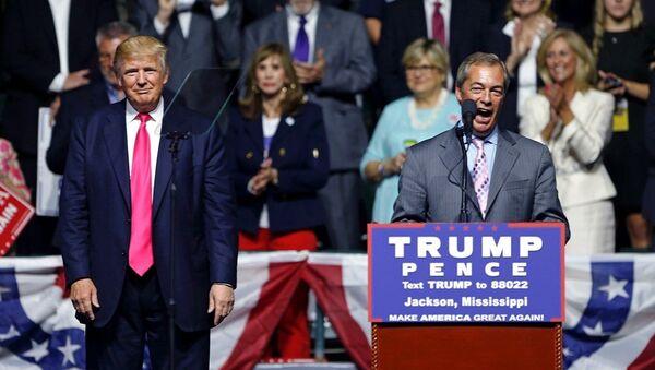 İngiltere Bağımsızlık Partisi'nin (UKIP) eski lideri Nigel Farage, ABD'de Cumhuriyetçi başkan adayı Donald Trump'ın mitingine katıldı. - Sputnik Türkiye