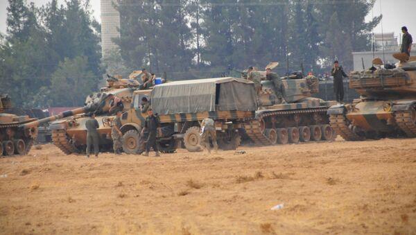 Cerablus ve çevresinde harekat devam ederken, Karkamış'ta konuşlu birliklerden bu sabah saat 09.30'da, 10 tank daha sınırı geçerek Suriye topraklarında ilerledi. - Sputnik Türkiye