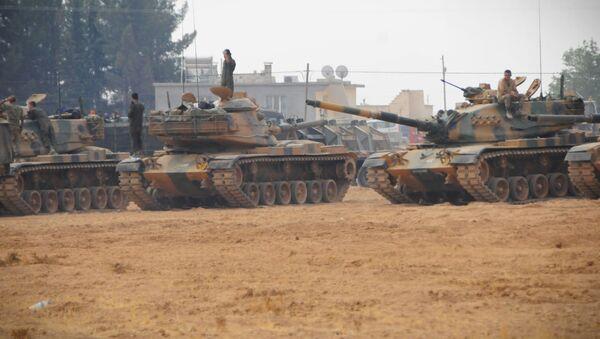 Tanklarla birlikte iş makinelerinin de Cerablus yönüne ilerlediği görüldü. - Sputnik Türkiye